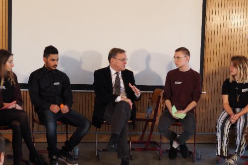 Schüler diskutieren mit dem Oberbürgermeister