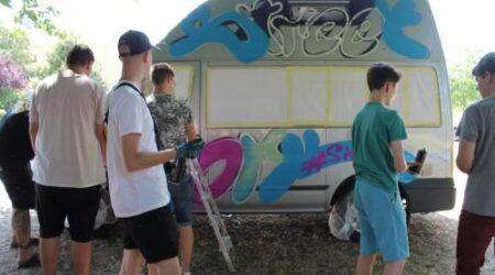 """Bus-Umgestaltungsaktion mit Hilfe von """"JUGEND STÄRKEN im Quartier"""""""